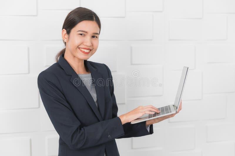 Jonge dame die op kantoor werken stock afbeeldingen