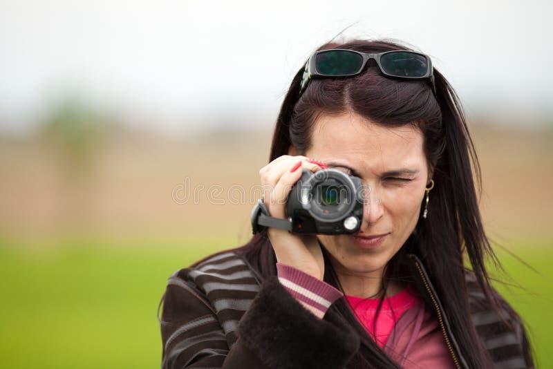 Jonge Dame Die Videocamera In Openlucht Met Behulp Van Stock Foto