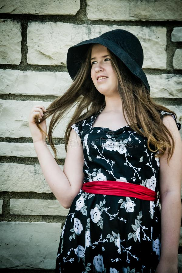 Jonge dame in een zwarte hoed stock foto