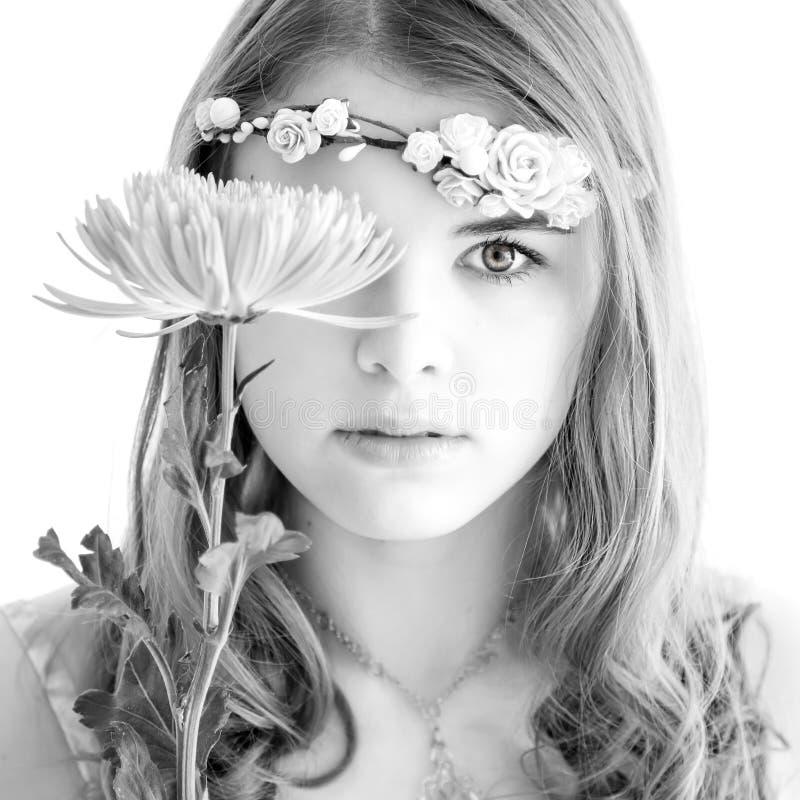 Jonge dame met een bloem royalty-vrije stock afbeelding