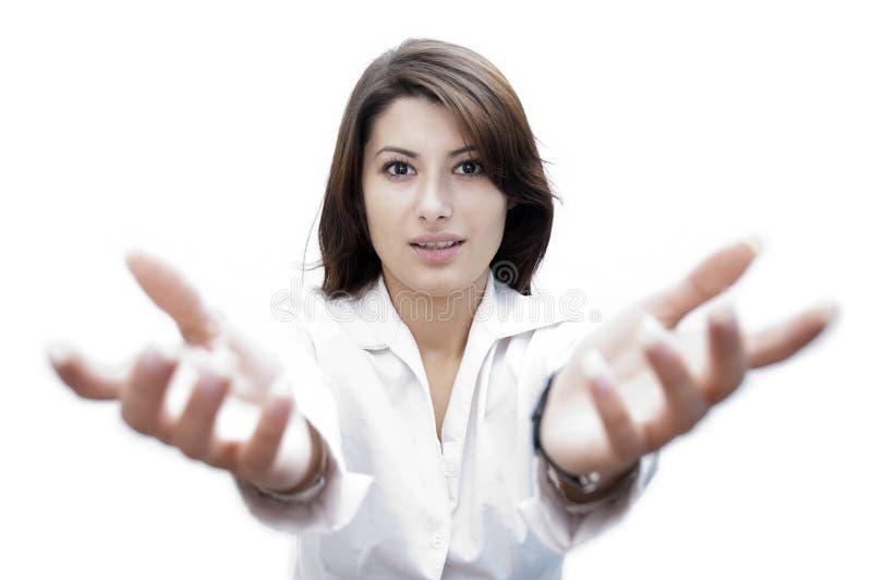 Jonge dame met handen die voor haar worden opgeheven