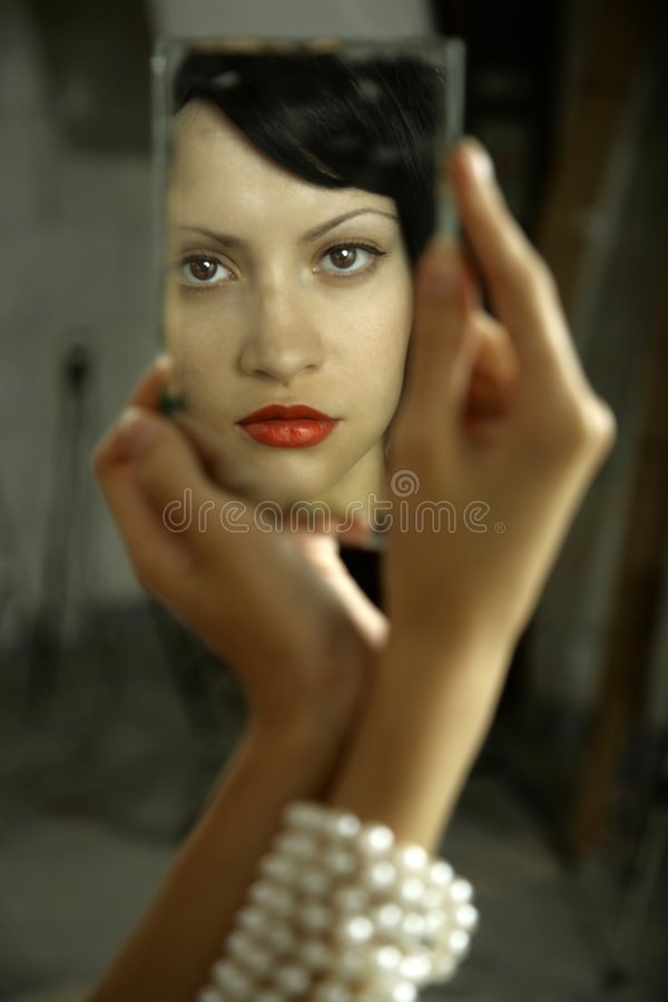 Jonge dame met spiegel royalty-vrije stock afbeeldingen