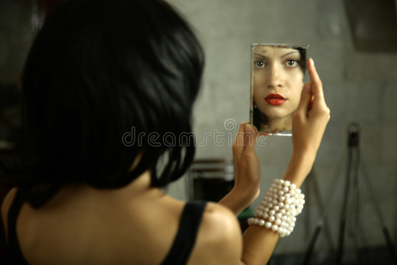 Jonge dame met spiegel stock afbeeldingen