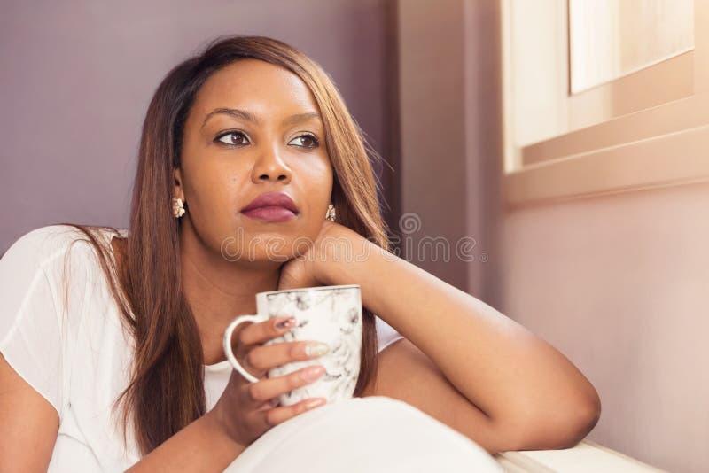 Jonge Dame Sitting And Relaxing door het Venster royalty-vrije stock foto