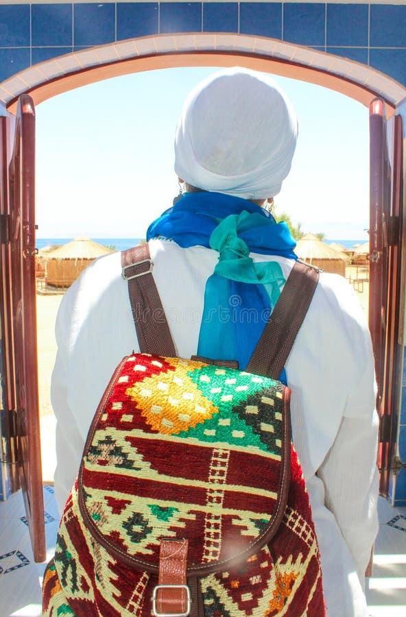 Jonge Dame Standing door het Plattelandshuisje in een Kamp in Sinai stock afbeelding