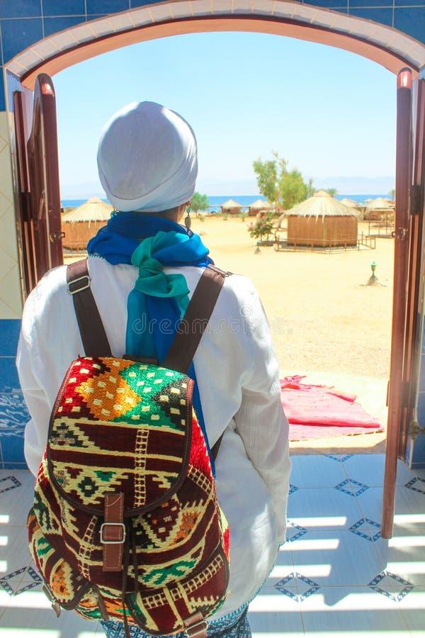 Jonge Dame Standing door het Plattelandshuisje in een Kamp in Sinai stock foto
