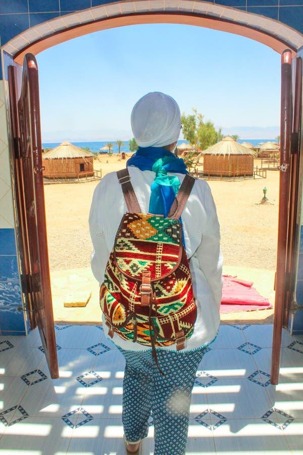 Jonge Dame Standing door het Plattelandshuisje in een Kamp in Sinai stock foto's
