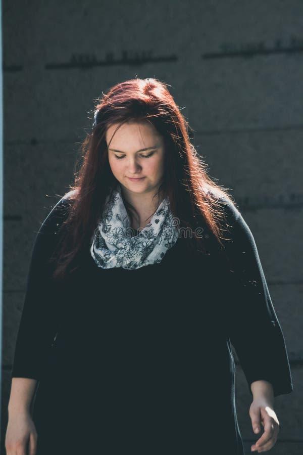 Jonge Dame Walks in een Herdenkingstuin stock afbeeldingen