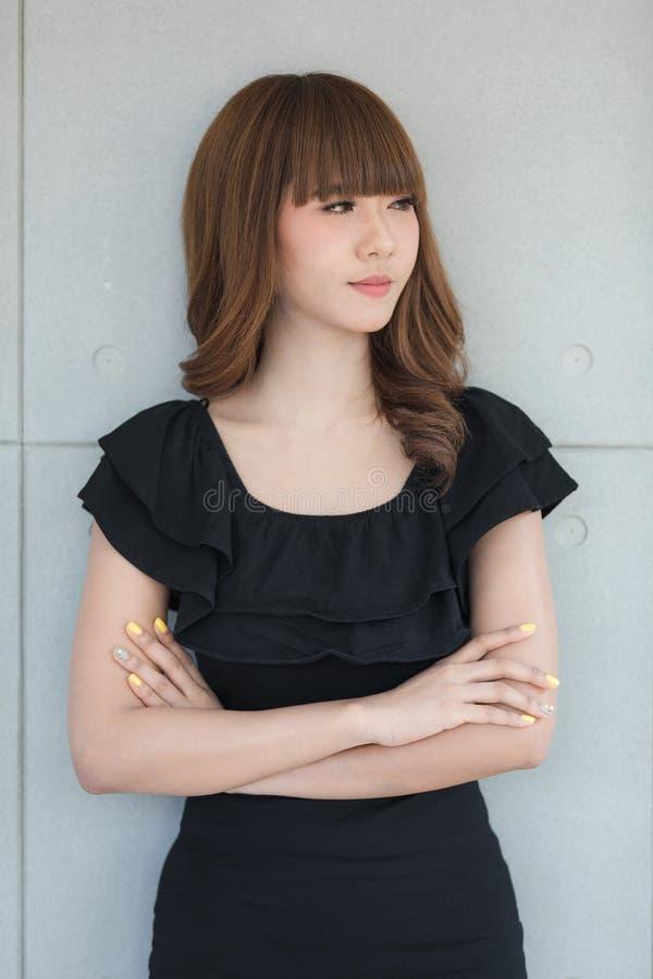 Jonge dame in zwarte kleding royalty-vrije stock fotografie