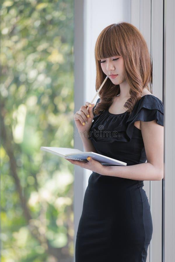 Jonge dame in zwarte kleding royalty-vrije stock afbeelding