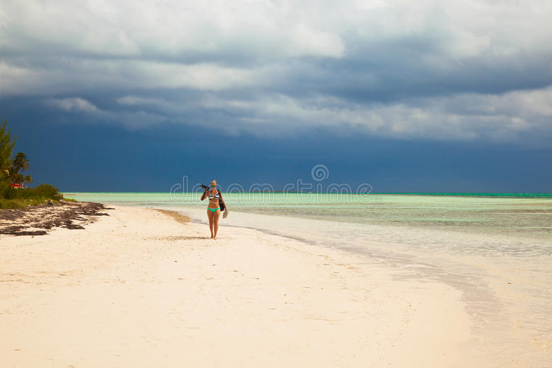 Jonge damefotograaf in bikinigangen op Caraïbische tropica royalty-vrije stock foto's
