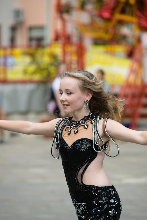 Jonge danser in traditionele kleding, jonge vrouw het dansen Arabische dans, straatgroep Het meisje danst in publiek Het meisje b royalty-vrije stock foto