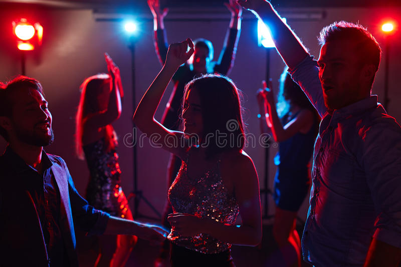 Jonge dansers in club stock fotografie