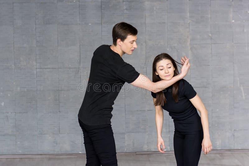 Jonge dansers die in studio praktizeren stock fotografie