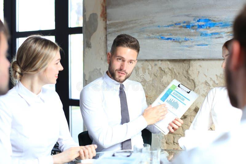 Jonge de brainstormingsvergadering van het startzakenliedengroepswerk om de investering te bespreken stock afbeelding