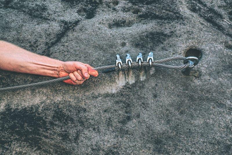 Jonge de greepkabel van de klimmermens bij carabiner stock fotografie