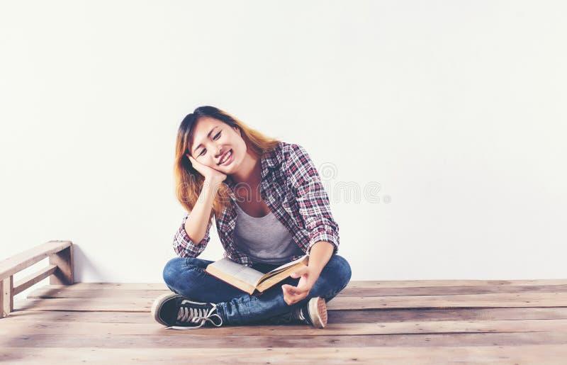 Jonge de holdingsboeken van de hipstervrouw en het benadrukken op witte achtergrond royalty-vrije stock afbeeldingen