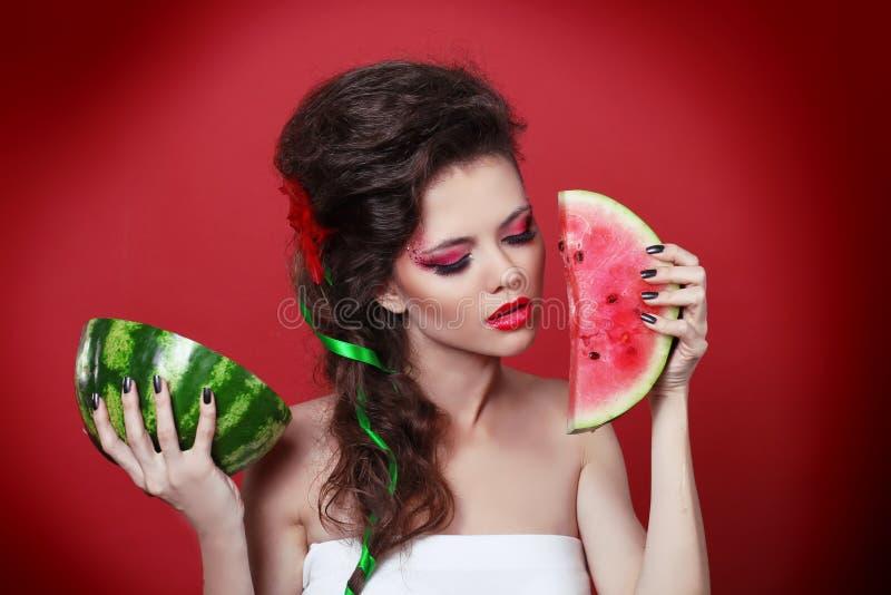 Jonge de holdingswatermeloen van de schoonheidsvrouw stock afbeelding