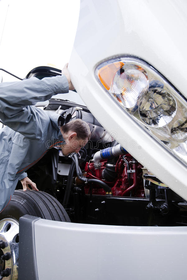 Jonge de motor grote witte semi vrachtwagen geopende kap van het bestuurdersexamen stock afbeeldingen