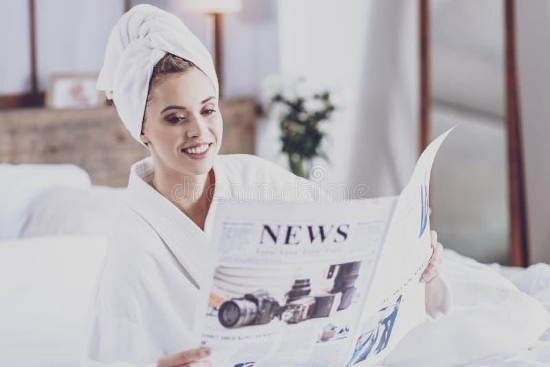 Jonge de ochtendpers van de vrouwenlezing royalty-vrije stock foto's