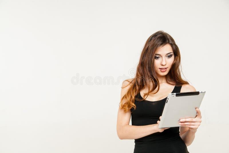 jonge de tabletpc van de vrouwenholding biute stock afbeeldingen