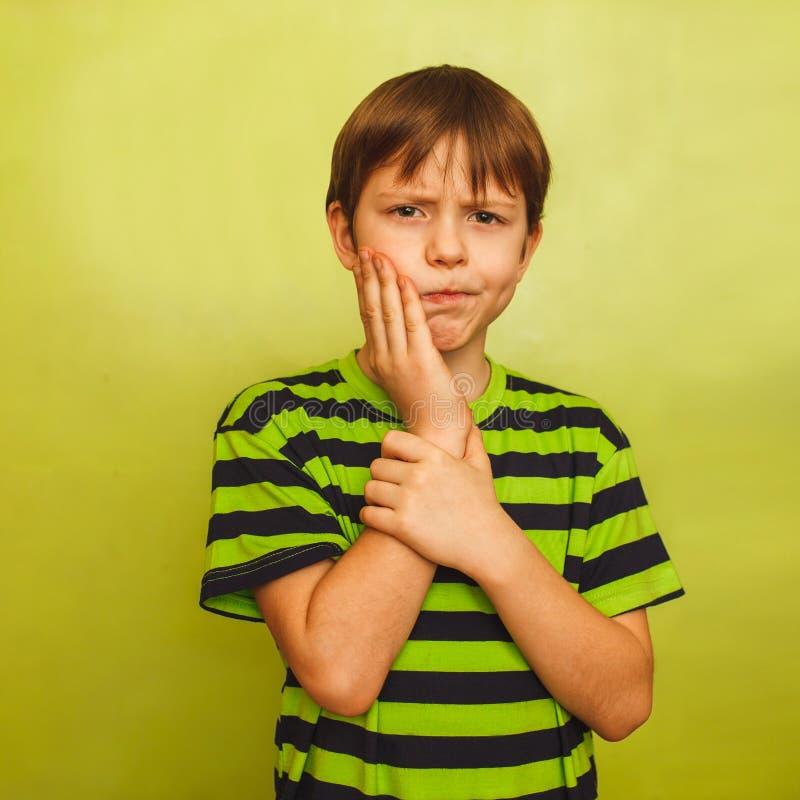 Jonge de tandpijnpijn van het jongenskind in mond, tand royalty-vrije stock afbeelding