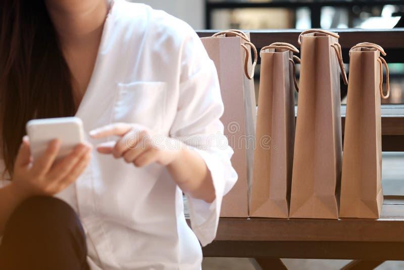 Jonge de verkoop van de vrouwenholding het winkelen zakken stock fotografie