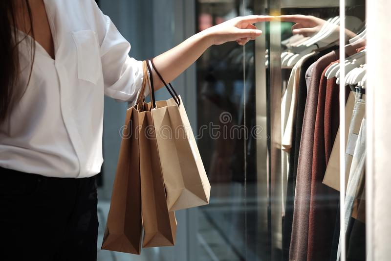 Jonge de verkoop van de vrouwenholding het winkelen zakken stock foto's