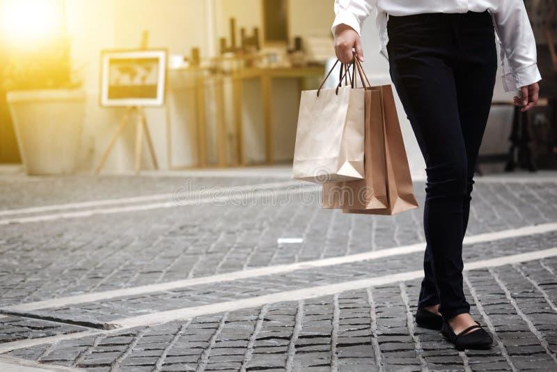 Jonge de verkoop van de vrouwenholding het winkelen zakken stock afbeelding