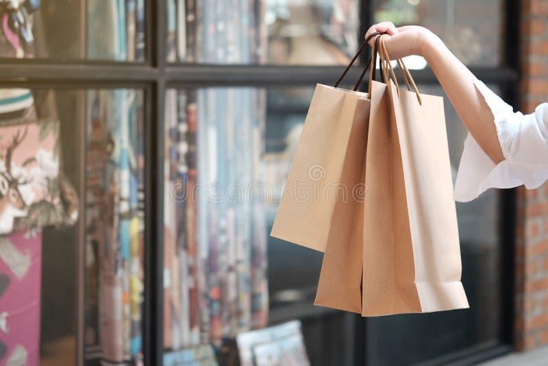 Jonge de verkoop van de vrouwenholding het winkelen zakken royalty-vrije stock foto's