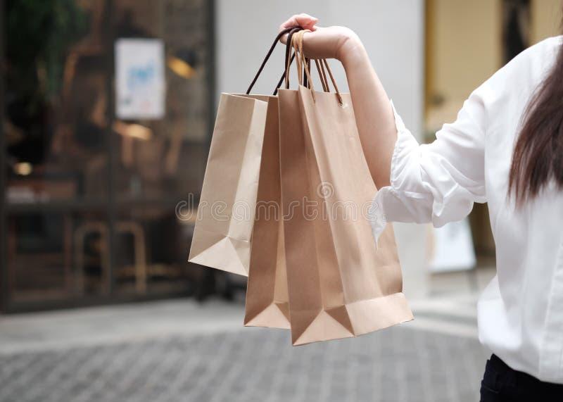 Jonge de verkoop van de vrouwenholding het winkelen zakken royalty-vrije stock foto