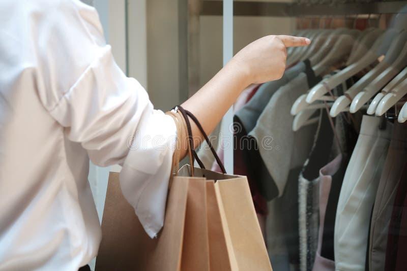 Jonge de verkoop van de vrouwenholding het winkelen zakken het concept van de consumentismelevensstijl in het winkelcomplex royalty-vrije stock afbeelding
