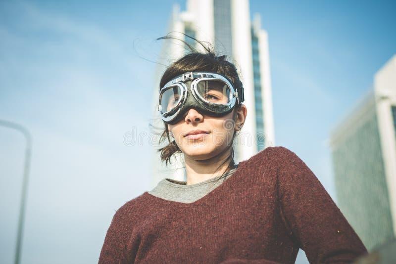 Jonge de vliegeniersglazen van de hipstervrouw stock foto's