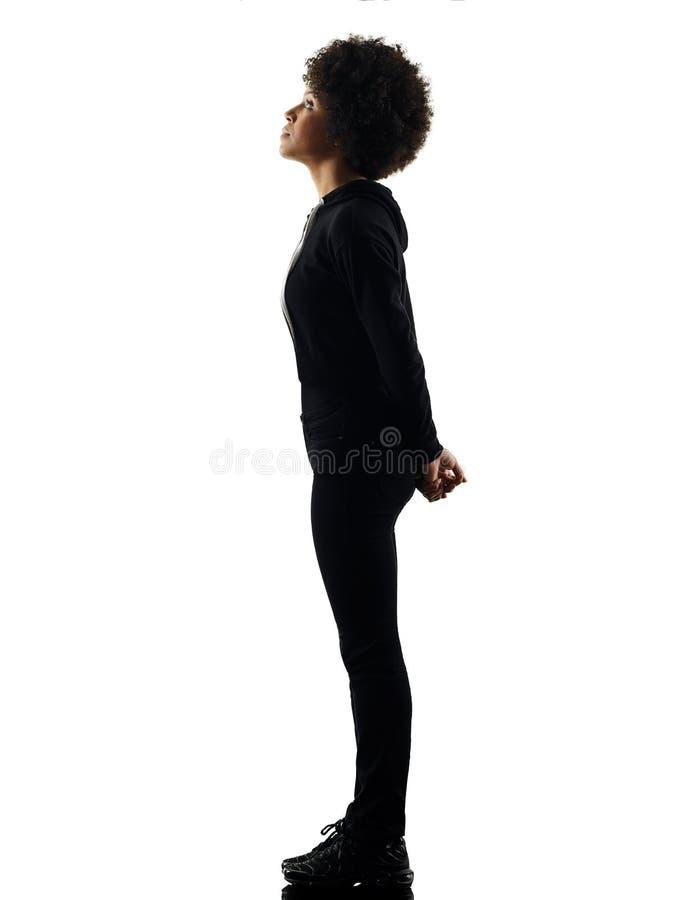 Jonge de vrouw van het tienermeisje status die op schaduwsilhouet kijken stock foto