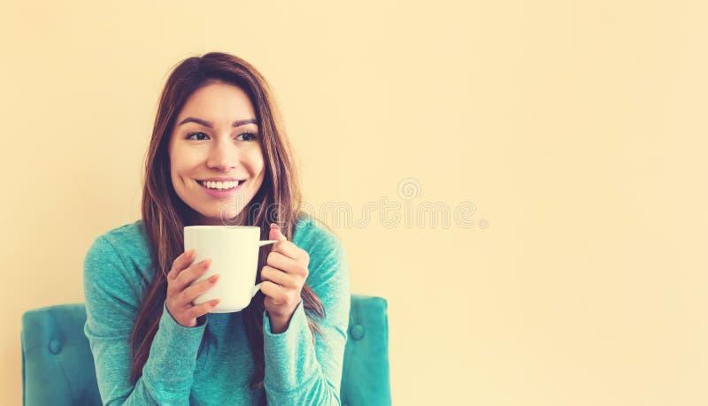 Jonge de vrouw van Latina het drinken koffie stock fotografie