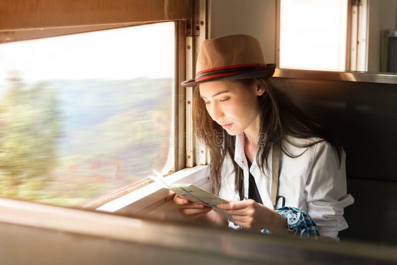 Jonge de vrouwenreizen van Azië backpacker door trein stock afbeelding