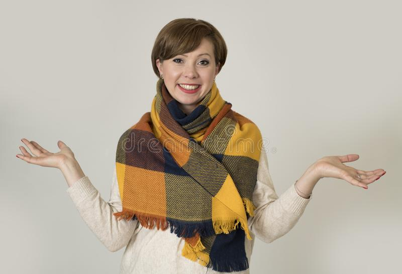 Jonge de vrouwensweater van het mooie en modieuze jaren '30 rode haar en de Herfst het kleurrijke sjaal gelukkig glimlachen royalty-vrije stock foto's