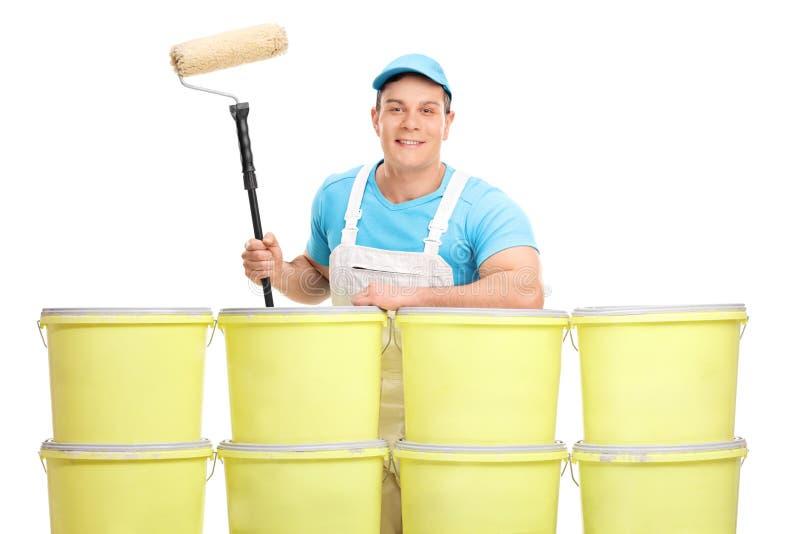 Jonge decorateur achter een kleurenemmers royalty-vrije stock foto