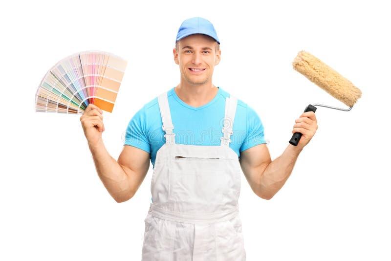 Jonge decorateur die een kleurenmonster houden stock afbeeldingen