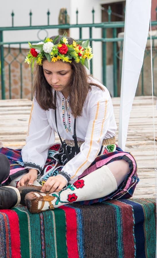 Jonge deelnemer van Nestinar-spelen in nationaal kostuum, Bulgarije stock fotografie