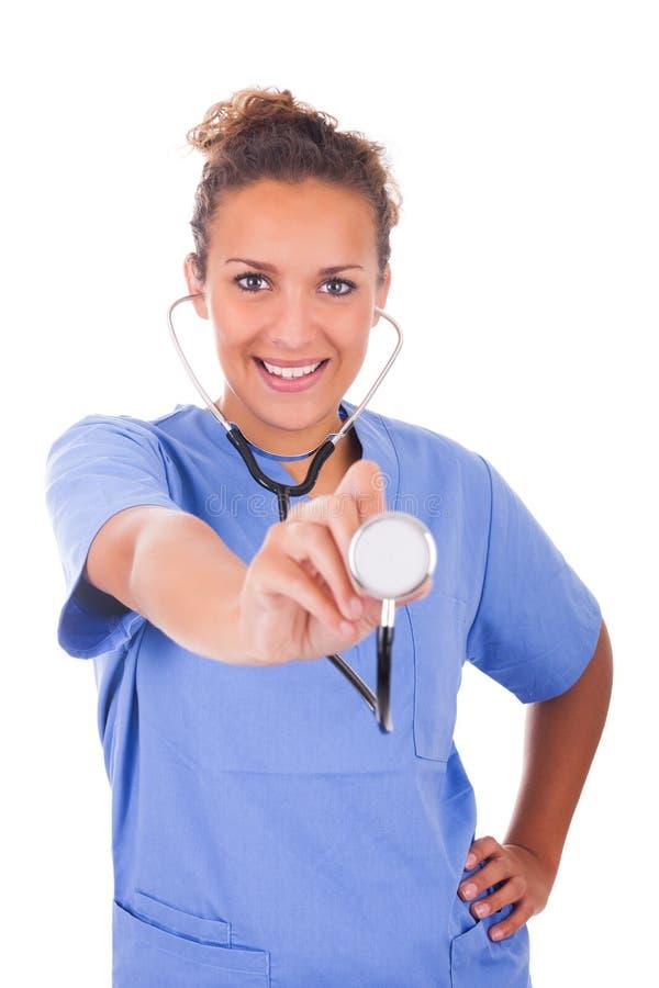 Jonge die arts met stethoscoop op witte achtergrond wordt geïsoleerd royalty-vrije stock foto