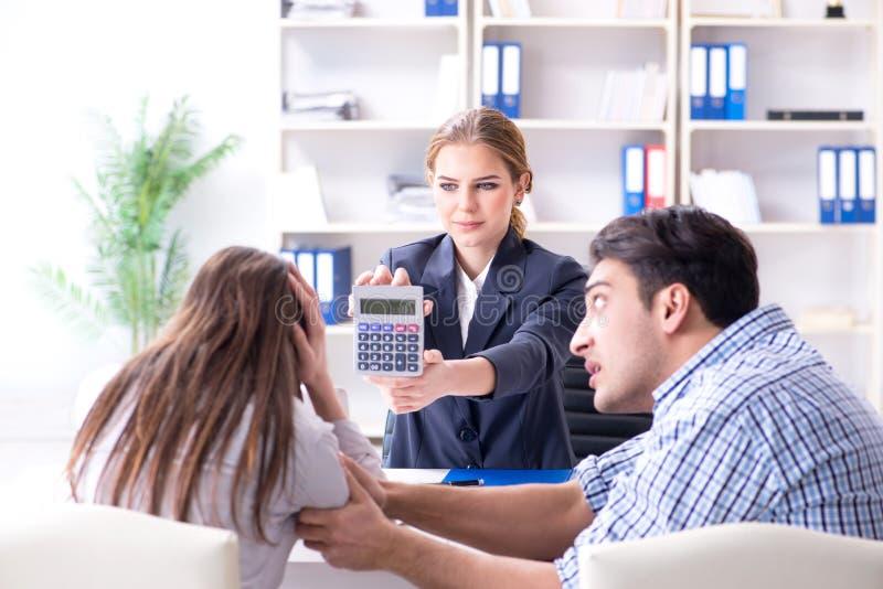 Jonge die familie aan het hoge tarief van de rentehypotheek in verbod wordt teleurgesteld stock afbeelding