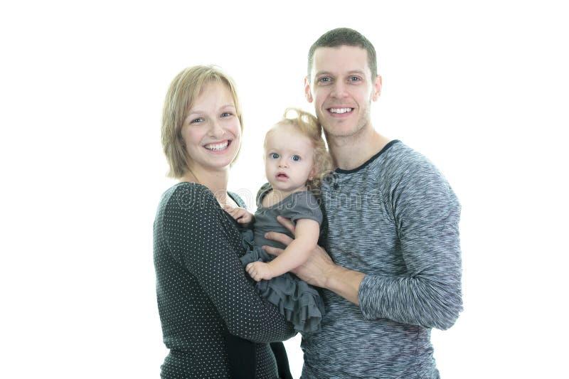 Jonge die familie op witte achtergrond wordt geïsoleerd stock afbeelding