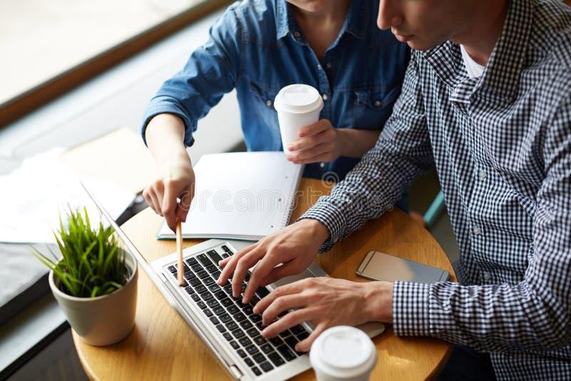 Jonge die medewerkers op het werk worden geconcentreerd royalty-vrije stock afbeelding