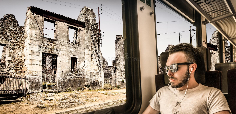 Jonge die mens die de stad ziet door het treinvenster wordt vernietigd royalty-vrije stock foto's