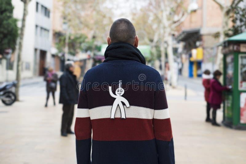 Jonge die mens met een document mens aan zijn rug wordt verbonden stock fotografie