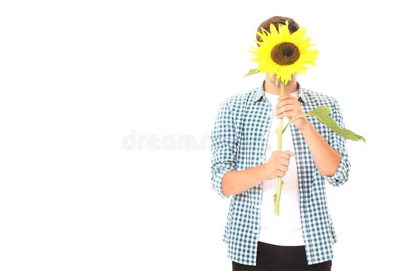 Jonge die mens met zonnebloem op wit wordt geïsoleerd Spot omhoog en exemplaarruimte De dag van moedervalentine De zomerachtergro royalty-vrije stock foto's