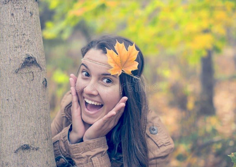 Jonge die vrouw door de herfst wordt verrast royalty-vrije stock foto's