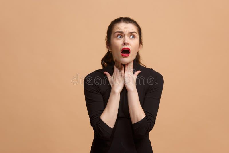 Jonge die vrouw met een pijn in de keel wordt overweldigd royalty-vrije stock fotografie