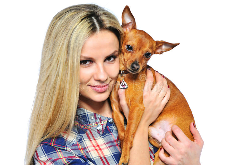 Download Jonge Die Vrouw Met Puppy Op Wit Wordt Geïsoleerd - Close-up Stock Afbeelding - Afbeelding bestaande uit toevallig, aanbiddelijk: 29500465
